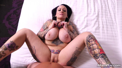 Thick Tattoo MILF Richelle Does First Porn