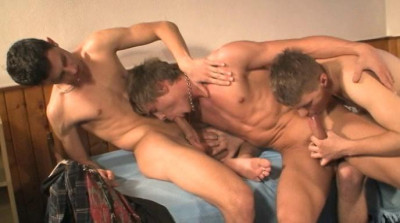 Trainer-sniffing twinks bareback