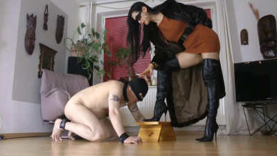Goddess Leyla - Furs And Overknees