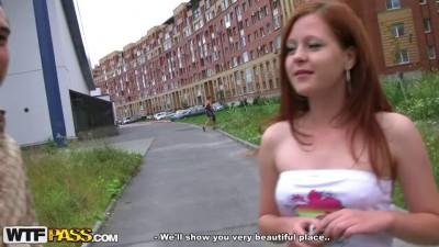Русская красотка не смогла отказать парням