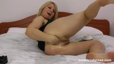 Sindy Rose insert tons of black olives in her ruined anus hole