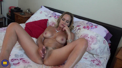British Milf Elegant Eve fingering herself