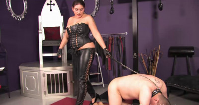 Mistress Roberta Flogs It