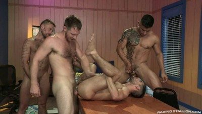 Bareback Muscle Gaymers With Hot Orgy
