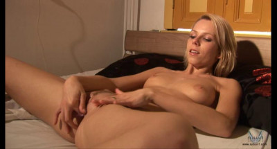 Allison masturbates in bed and rides the Sybian