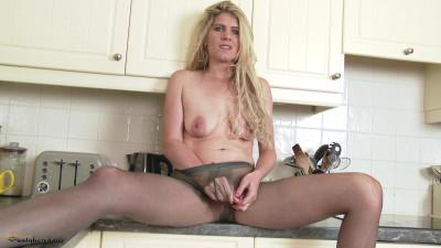 Ashleigh McKenzie - Pantyhosed housewife bitch!