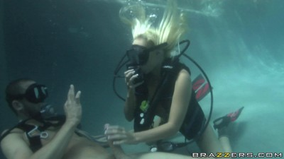 Description Naughty Girl Learn To Dive Under The Water