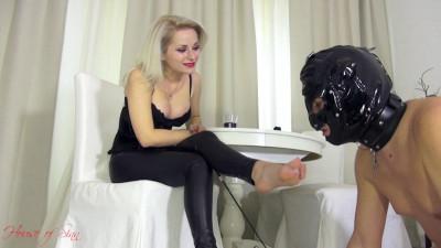 Mistress Sarah A worshiping tongue and a whip