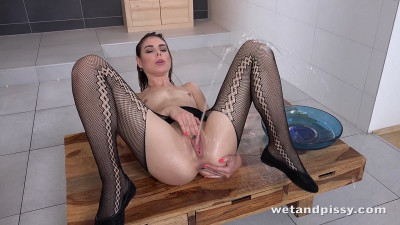 Jessica Bell in Powerful Piss Streams — FullHD 1080p