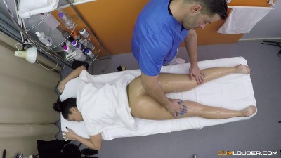 Julia De Lucia - An altruistic Masseuse