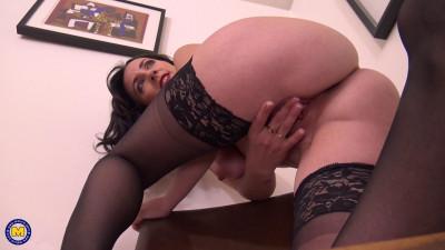Attractive Mom Mia masturbation at work