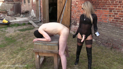 Mistress Courtneys Fetish Lair – Strapon In The Sun At The Farm