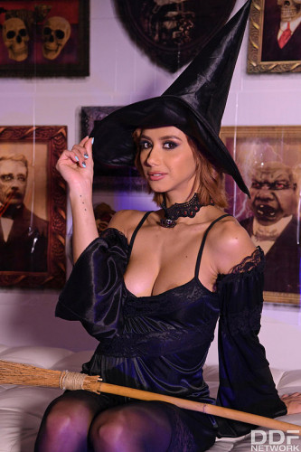 Veronica Leal – Squirting Anal Witch Hunter FullHD 1080p