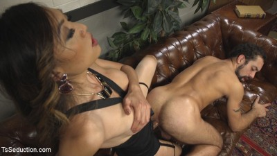 Bad Ass Boss Lady Venus Lux Gives DJ a Thorough Review!