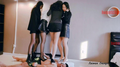 Taiwan Trample Club - 4 Girls Trample 1 Carpet