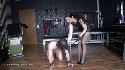 Description Ballbustingchicks - Victoria Valente - Kicked Through The Room