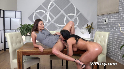 Description Golden Shower - Jennifer Mendes & Vanessa Decker