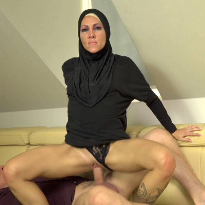 Wanessa Sweet – Muslim girl caught texting another guy (2019)