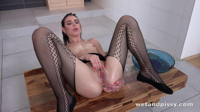 Jessica Bell in Powerful Piss Streams (european, star, con)