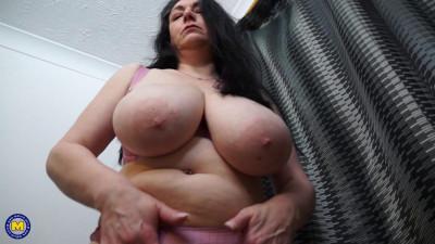 British big breasted housewife Sabrina Jade fooling around
