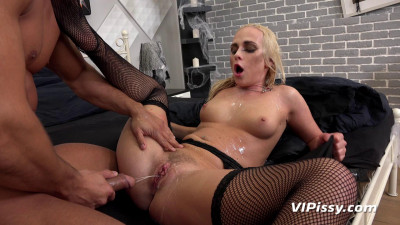 Seduced by Dracula Vinna Reed (2017) - gets, legs, blonde, mouth