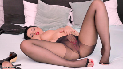 Kira Queen - Pleasing the pussy!