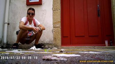 Peeing in Public – Girls Gotta Go – HD 720p