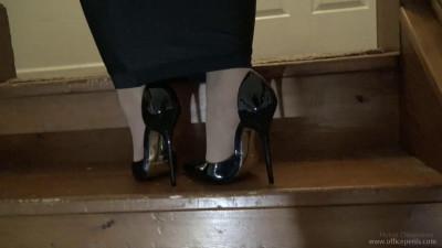 Elizabeth Andrews: Hobbled in Extreme Heels