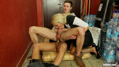 threesome cock sucking (Delivery ending up in a bisex threesome).
