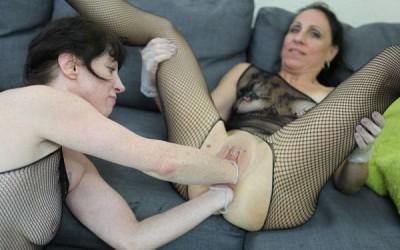 Dirtygardengirl and SexySasha lesbian fisting fun
