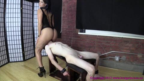 Sexy Mariah Facesits a Scrawny Guy