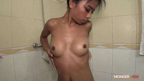 淋浴的苗条女孩