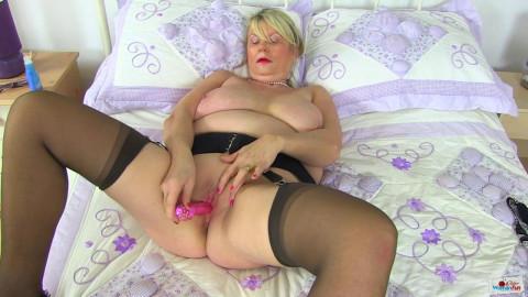 Big boob milf slut elle masturbates hard at bed
