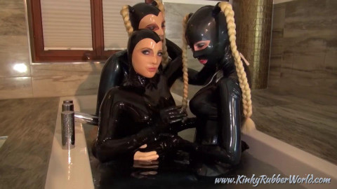 3 Dolls Rubberbath in the Palace