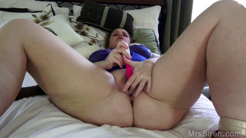 Curvy Wife Plays in the bedroom full hd