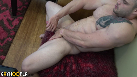 bodybuilder buck carter jerks his cock and cums