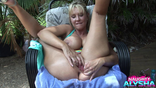 Fisting and Dildo Wraps her full lips around