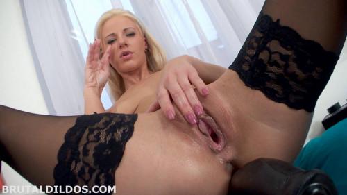 Sex Machines Slut blonde with gorgeous pussy!