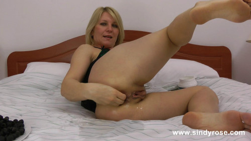 Fisting and Dildo SindyRose insert tons