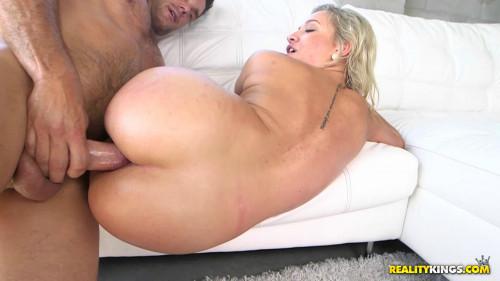 Round Ass Amateur Veronica Enjoys Hard Fuck With Big Dick