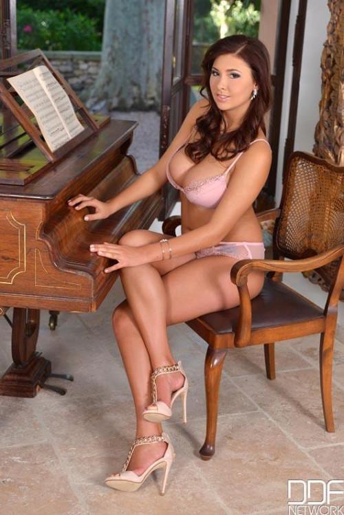 Voluptuous Intermezzo: Curvaceous Piano Teacher Gets Naked