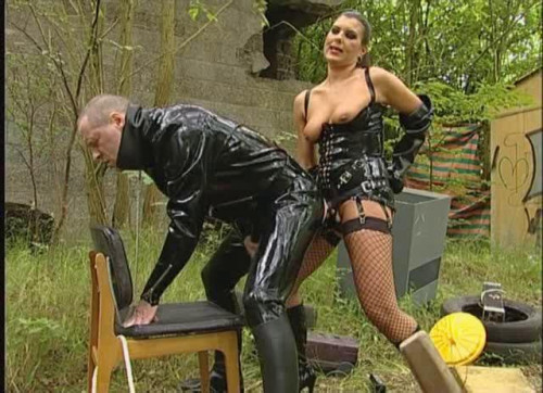 Gehorche Sklave! Femdom and Strapon