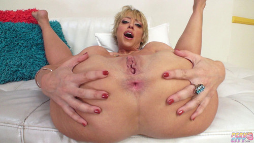 Dee Williams – Is A Horny Housewife