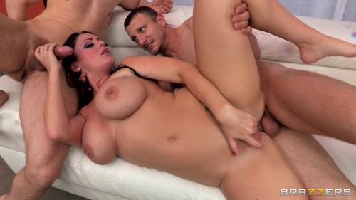 Hot Cum Bath Is The Secret Of Her Beautiful Face Threesome