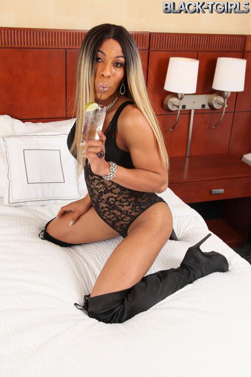 Cumshot Thursday: Deja Returns! Transsexual