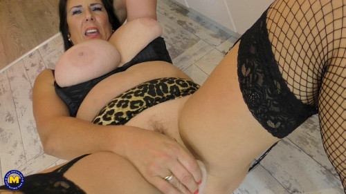 British housewife Lulu with big natural tits