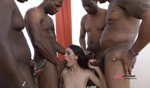Arwen Gold Enjoys Interracial Gangbang With 4 Black Men & Dap