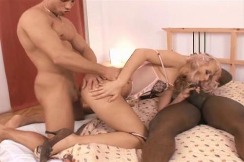 White slut interracialised in 3some