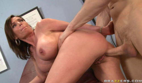Seductive Milf Is Ready To Sexual Treatment Of A Doctor