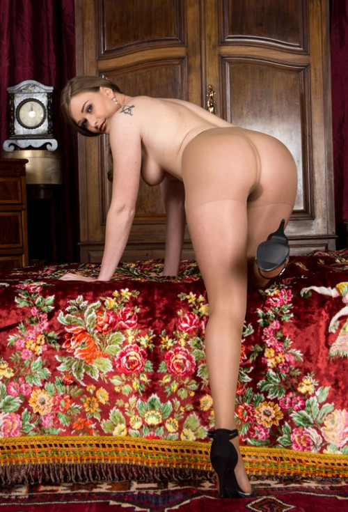 Honour - Pantyhose party with me!